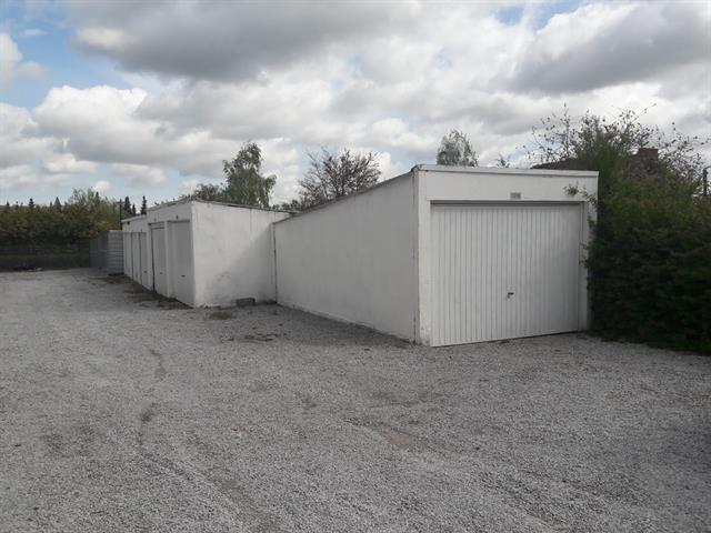 Lot de 6 garages + place de parking