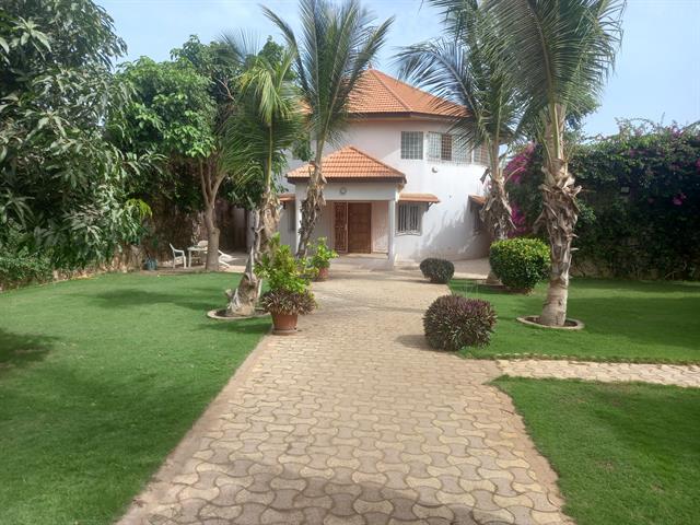Villa traditionnelle de 4 chambres sur beau terrain Arbor�