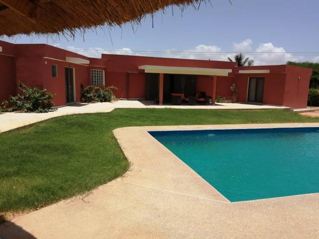 Belle villa avec piscine de plain pied offrant de beaux espaces Residence securis�e