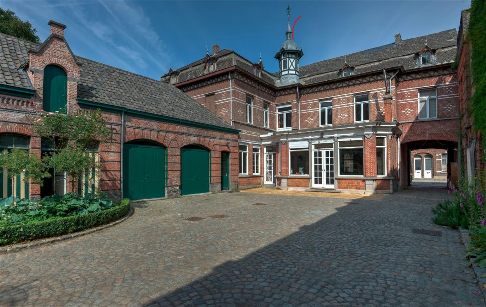 Imposante neoclassicistische herenwoning met 7 slpk., 2 badk. op 59 are 51 ca