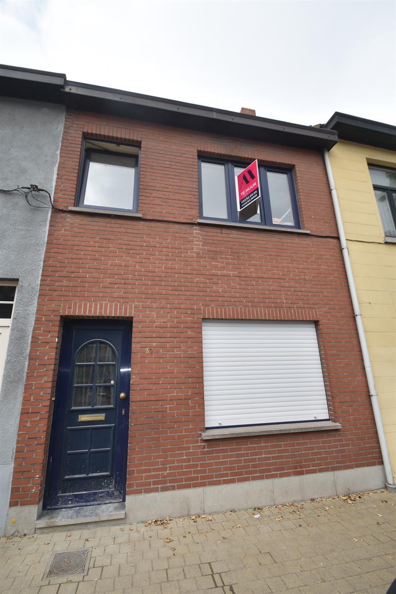 Gerenoveerde instapklare starterswoning met 2 slaapkamers en koertje nabij station Dendermonde, vrij vanaf 01/08.