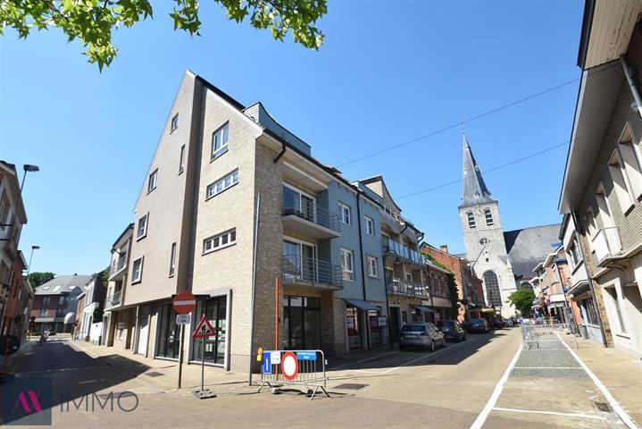 In hartje Lebbeke gelegen 3 slpk.-duplexappartement met badkamer en extra douche, een terras met zicht op de kerktoren en een garage.