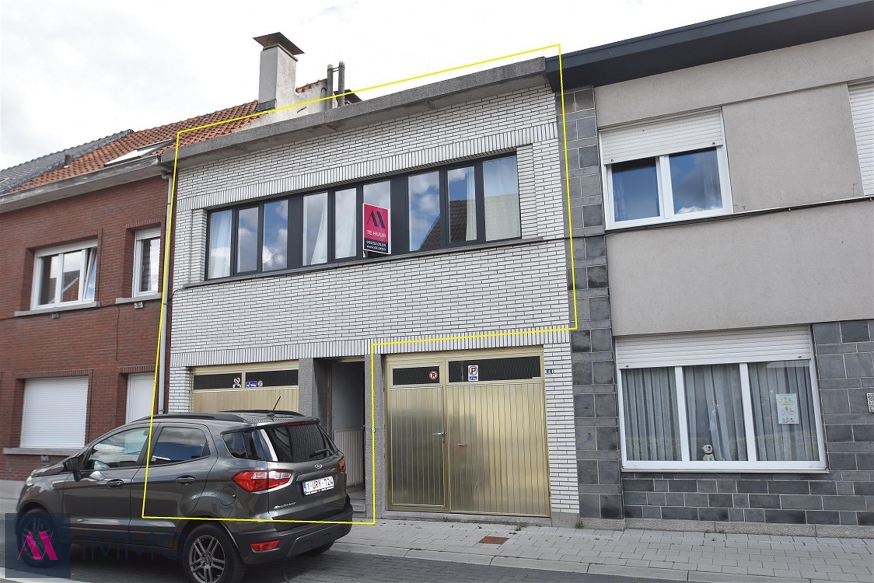 In het centrum van Lebbeke gelegen 1 slpk-appartement met terras, garage en eventueel kleine tuin. Vrij vanaf 01/08.