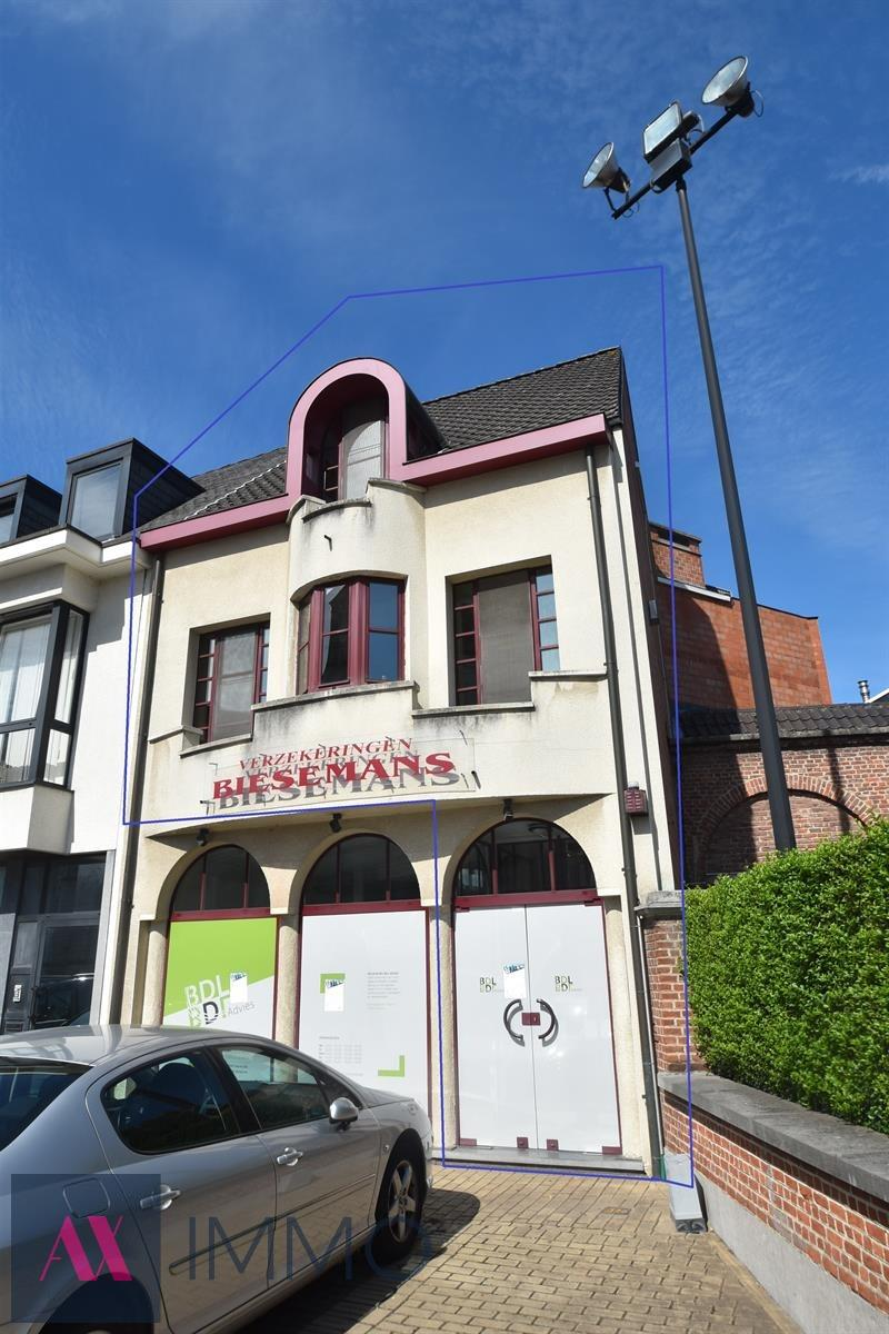 Op het prachtige dorpsplein van Lebbeke gelegen luxueus afgewerkt triplex-appartement met 2 slpk., bureel en terras. Moglh. tot het huren van een garage.