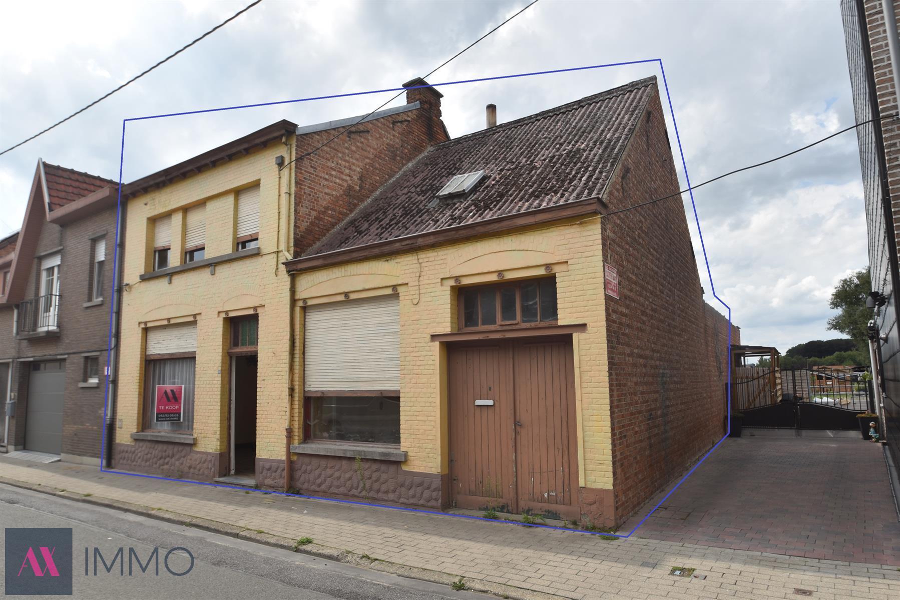IN OPTIE Volledig te renoveren woning met 3 slpk. en grote garage/berging (65 m²)  en tuin op 05 are 59 ca nabij Heizijde station.