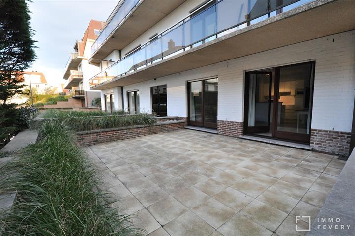 Goed onderhouden studio met zeer ruim terras op een rustige ligging te Duinbergen.