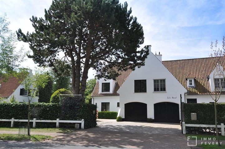 Uitstekend gelegen, volledig gerenoveerde koppelvilla in het Zoute, nabij het strand en het Zwin.