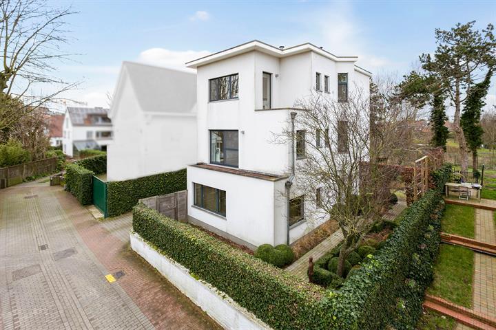 Uitzonderlijke villa in modernistische stijl met zicht op Park 58 te DUINBERGEN!