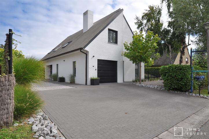 Hedendaagse villa op een mooi, zonnig perceel, gelegen op een rustige locatie te Knokke-Heist.