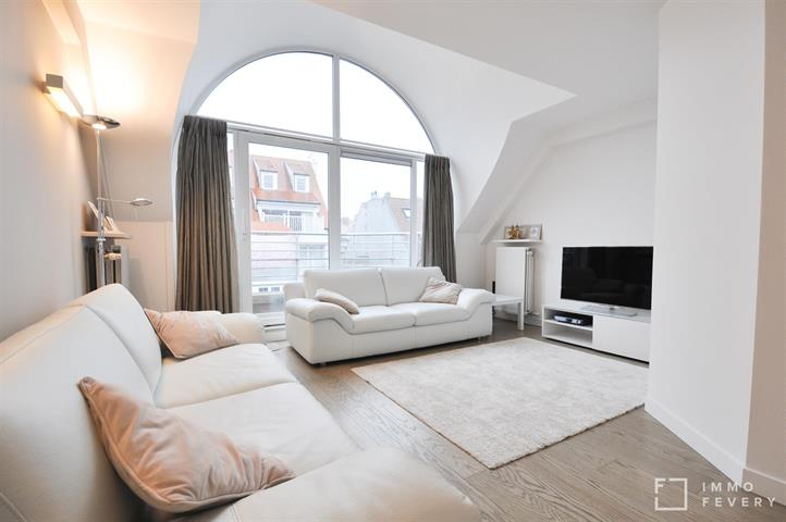 Lichtrijk duplex-appartement met zeer centrale ligging op de Dumortierlaan en dichtbij het strand!