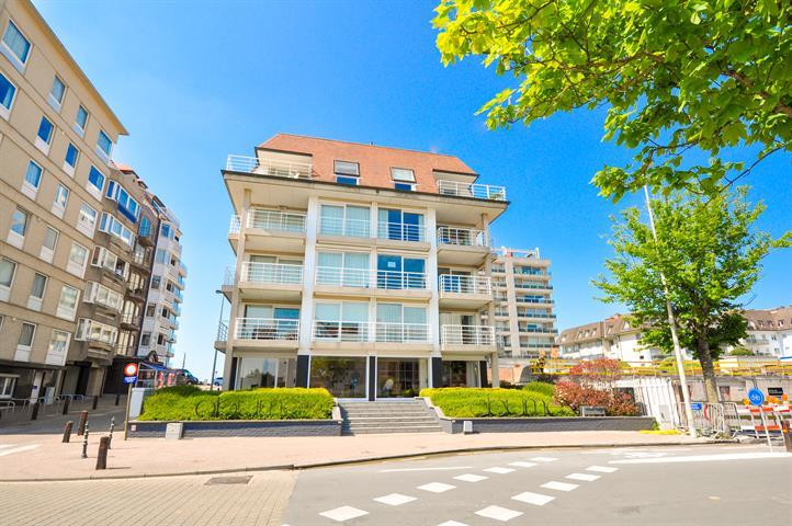 Gerenoveerd appartement, in de KUSTLAAN op slechts enkele passen van het strand!