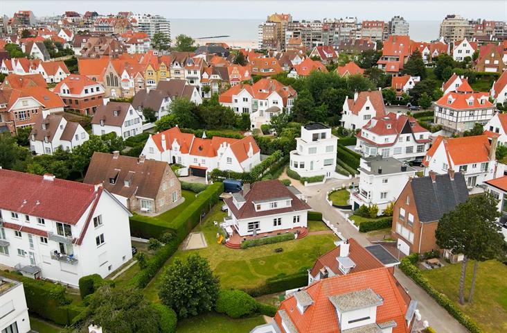 Uitzonderlijke renovatie opportuniteit te Duinbergen, op een perceel van 825 m2.