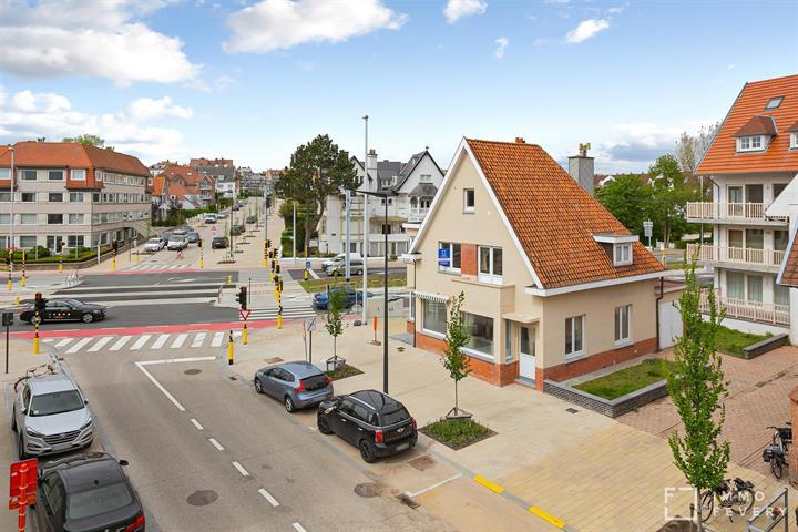 Ruime, authentieke villa op een centrale locatie te Duinbergen!