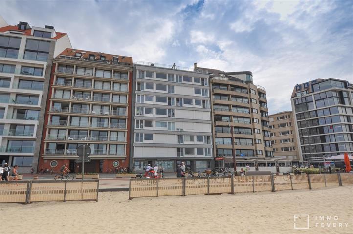 Uitzonderlijk breed (9,5m!! ) appartement met frontaal zeezicht aan het Albertstrand.