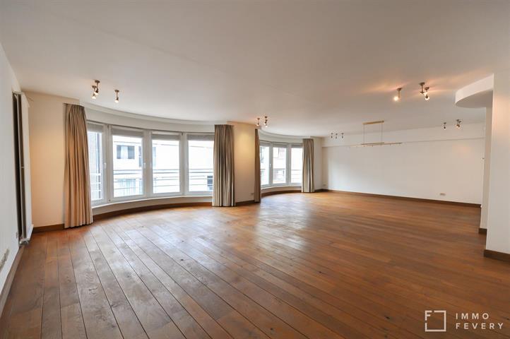 Appartement exceptionnellement large (9,75m), proche de la plage et la place Rubens dans un immeuble récent !