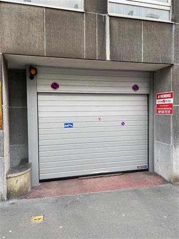 -- VENDU --  GARAGE UNE VOITURE DANS UNE BATTERIE SECURISEE DE 16 GARAGES