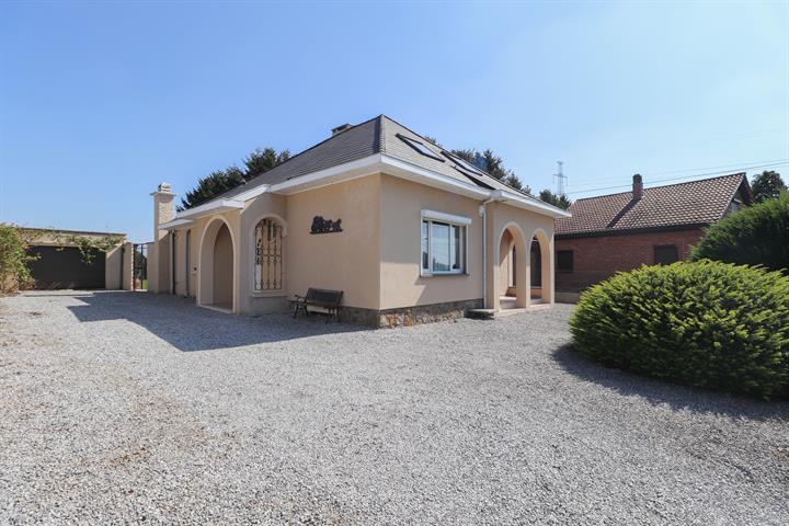 Villa 3 chambres, 2 garages et jardin