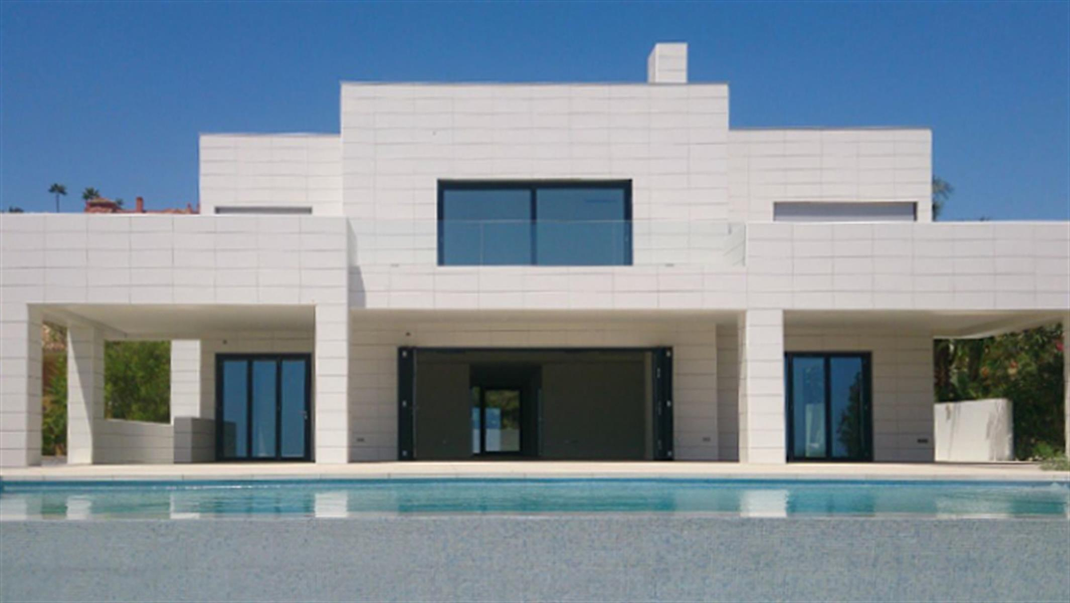 Moderne nieuwbouwvilla met 180° zeezicht op één van de beste locaties in Marbella!