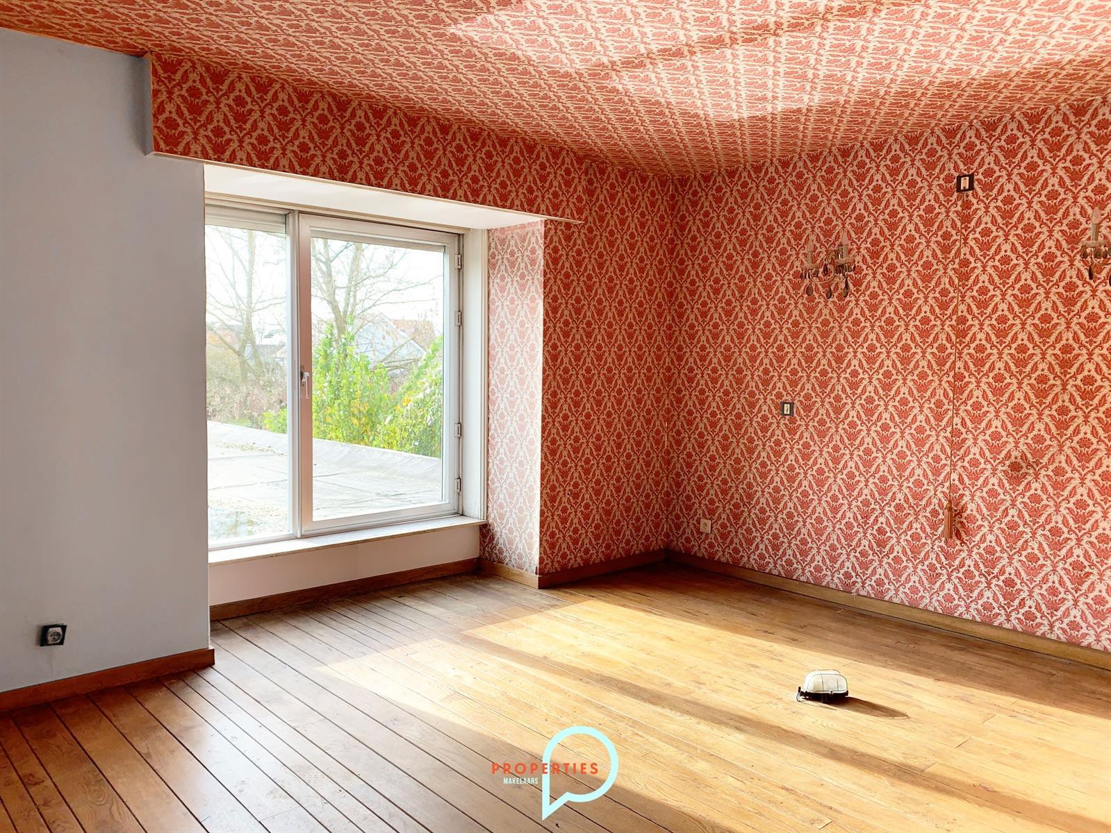 Te renoveren villa met handelsruimte