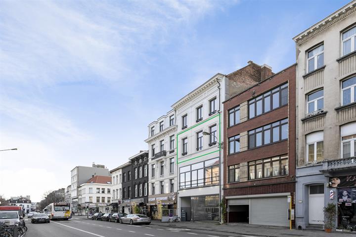 Gerenoveerd twee-slaapkamer appartement van 124m² met terras!