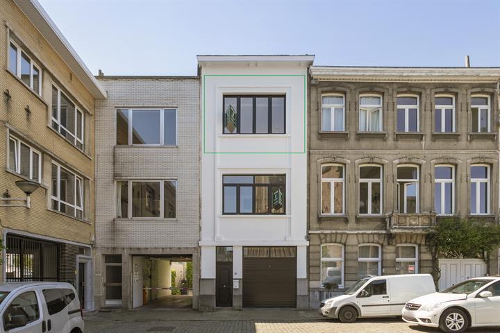 Volledig gerenoveerd appartement met terras.