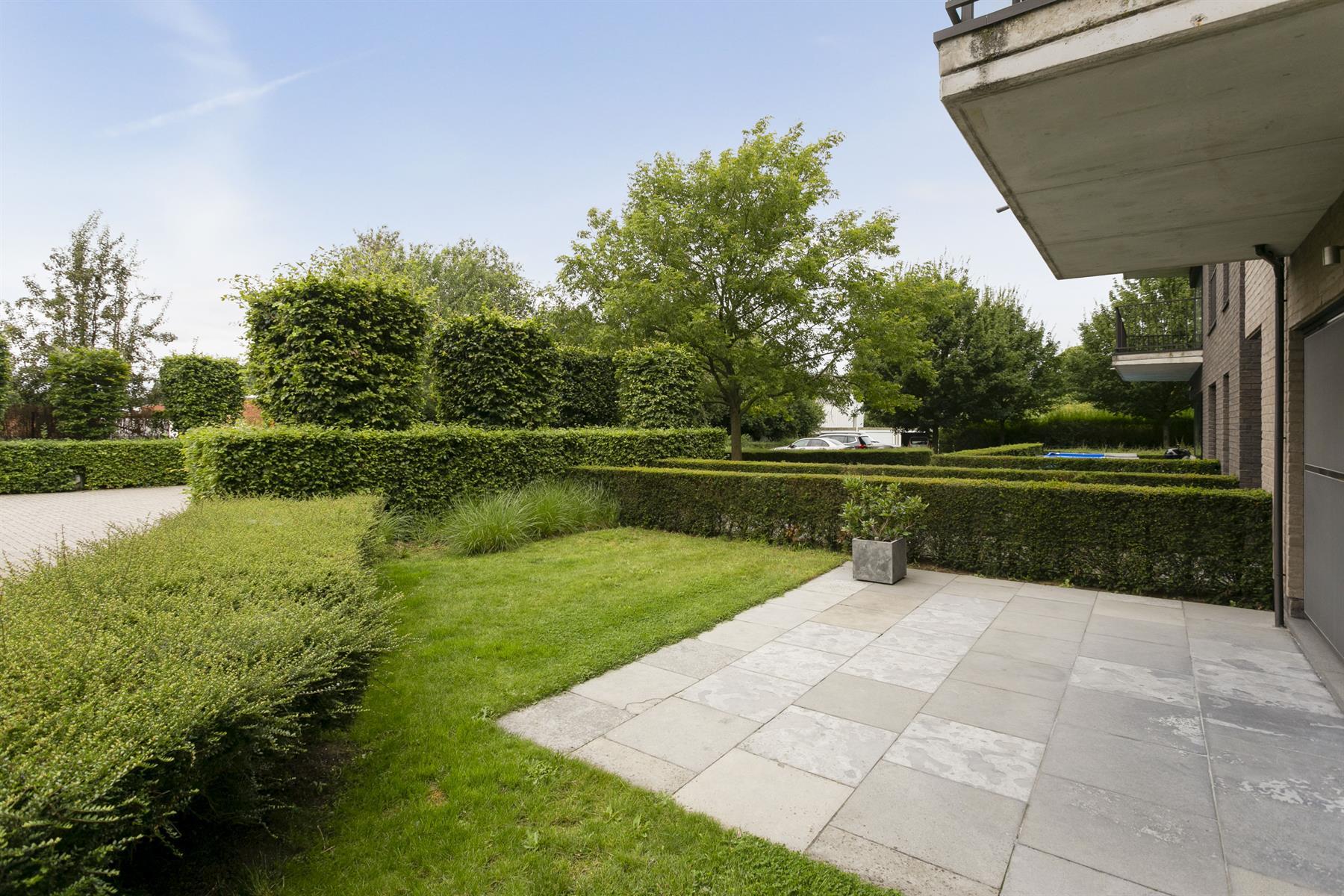 Prachtig gelijkvloers appartement in rustige en groene omgeving met privétuin en garagebox.