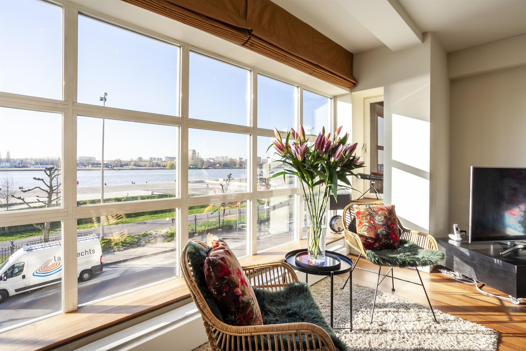 Breed appartement met pano-zicht over de Schelden.