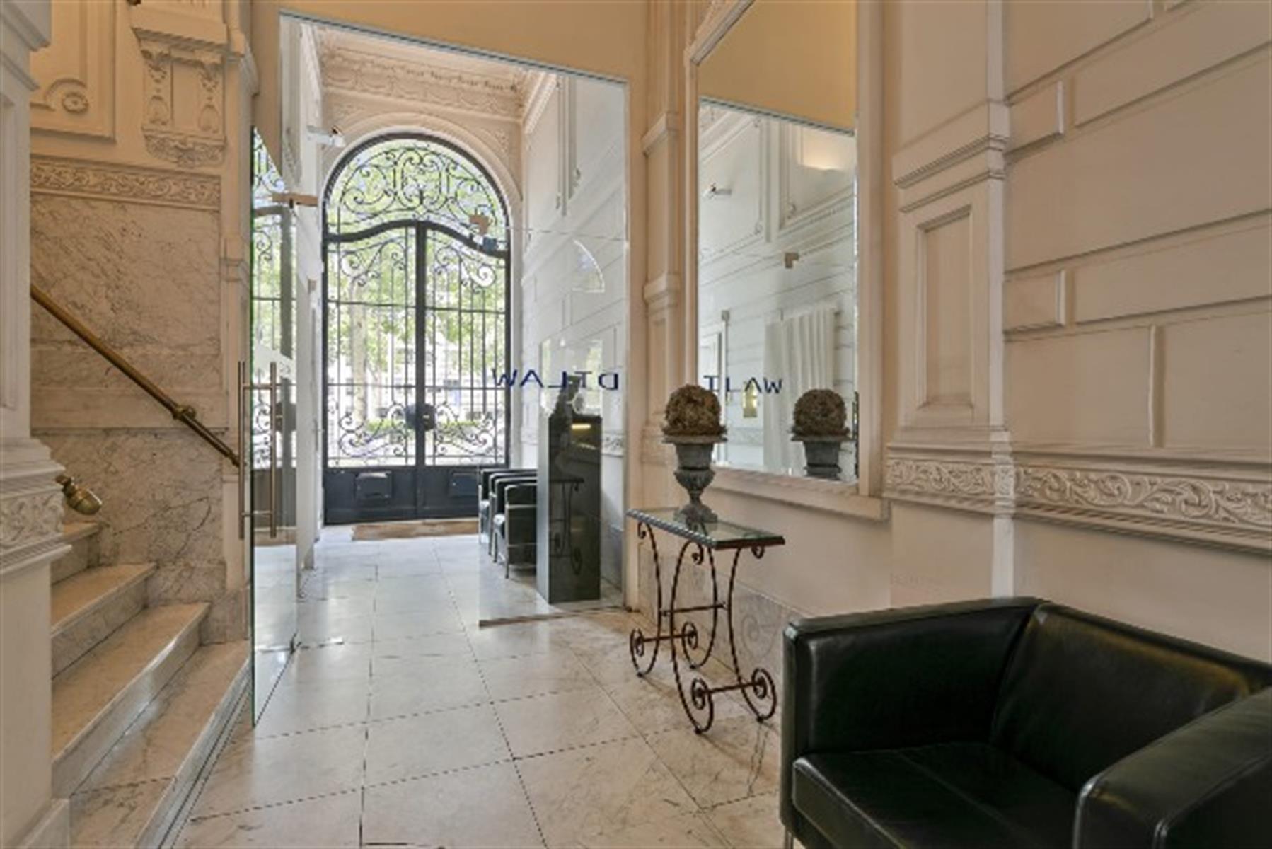 Neoclassicistisch kantoor met behoud van originele elementen vlakbij het Nieuwe Justitiepaleis.