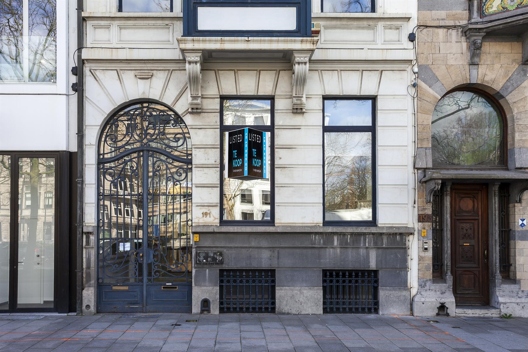 Neoclassicistisch kantoor om te bouwen naar meesterlijke gezinswoning.