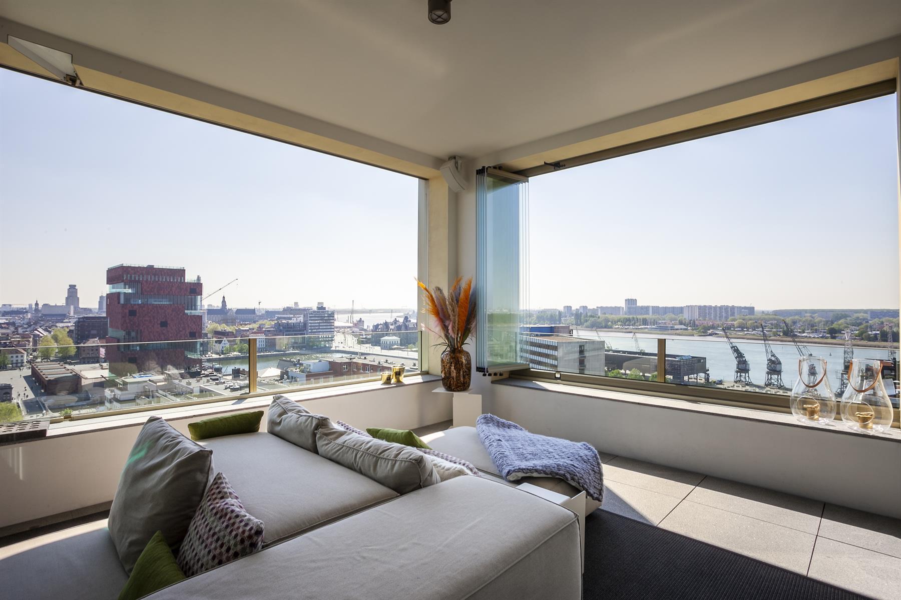 Villa in the sky met zicht over de stad Antwerpen en op de Schelde.