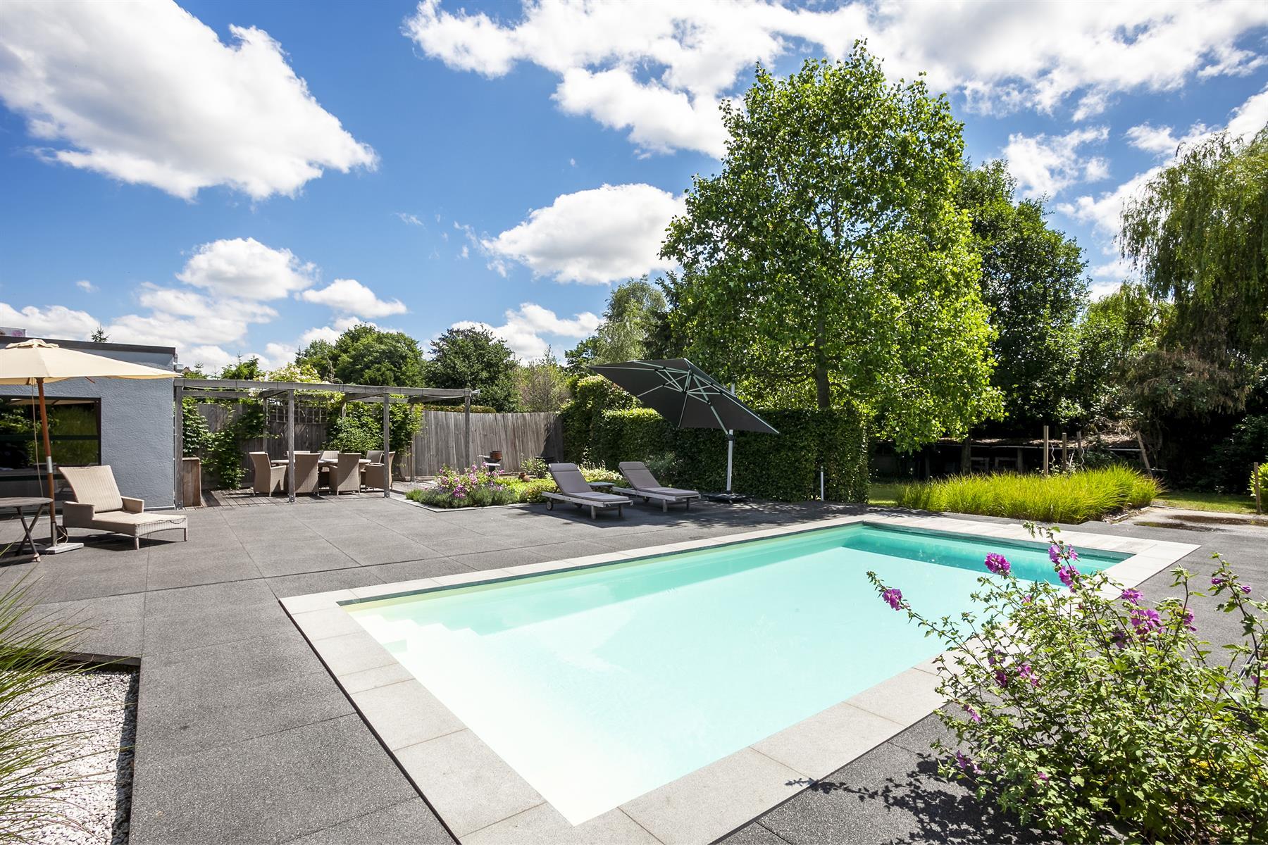 Pittoreske familie-woning in Brasschaat met zwembad.