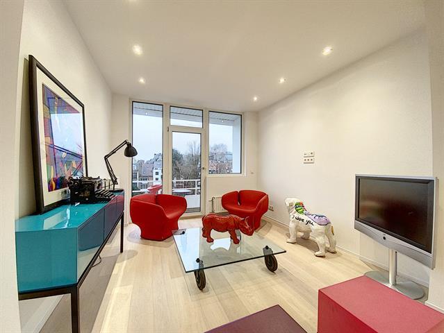 Morgan's Real Estate vous présente ce superbe appartement entièrement RENOVE avec goût de 70m² habitable (79 m² PEB) Il se compose d'une grande SAM (21m²) avec cuisine ouverte (A PLACER) sur planché massif, Salon lumineux donnant sur 1 balcon sur planché massif, d'une chambre parentale (14m²) avec dressing et SDB, d'une autre chambre de 10m², d'une SDD et toilette séparée