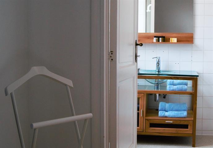 Morgan's Real Estate vous présente ce chouette appartement meublé avec goût se composant d'un Hall d'entrée, une toilette séparée, un salon donnant sur le balcon, une salle à manger, une cuisine US équipée, une chambre donnant sur la SDB