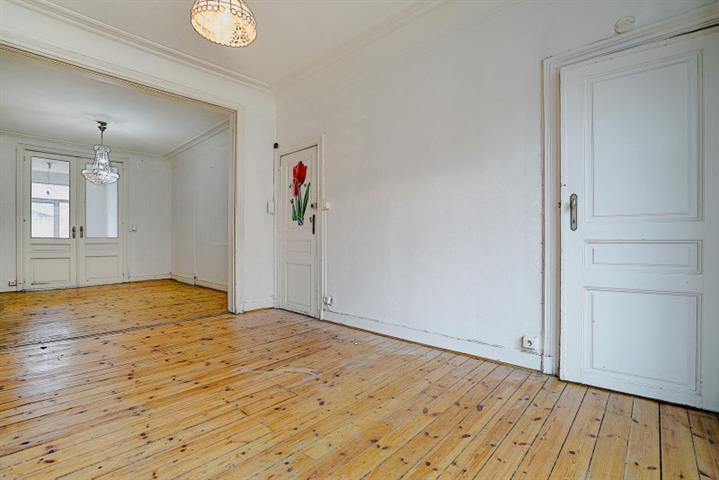 **** VENDU ****  Morgan's Real Estate vous présente cet appartement de 70 m² habitable (84 m² PEB) A RENOVER se composant d'une salle à manger, un salon, une cuisine, deux chambres (10 et 12 m²) et une SDB avec WC