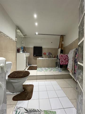 WSL - Idéalement situé à proximité des transports en commun; des commerces, des écoles et des grands axes; SITUATION DE DROIT: Belle maison mixte de 136m² brut composée d'un commerce de +- 40m² ( 2 pièces + cuisine et salle de bain) au RDC et d'un triplex de +-90m² aux étages