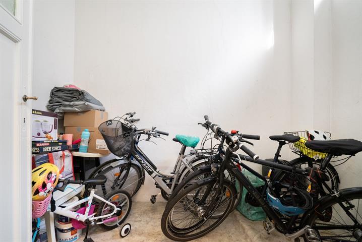 OPTION EN ATTENTE DE COMPROMIS - Magnifique appartement très cosy comprenant 2 chambres situé dans un petit immeuble à faibles charges du quartier Dailly à proximité directe de Schuman (1,4km), Maelbeek, Merode et de différents espaces verts comme le parc Josaphat ou Ambiorix (Bus 56 et station villo à 2 pas)