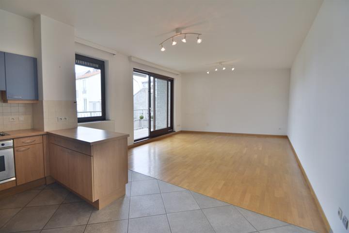 IXELLES - Louise - Idéalement situé dans le quartier Stéphanie, à proximité des transports en communs, des commerces, des grands axes et de toutes les facilités, spacieux appartement 1 chambre de 75m² avec terrasse orientée sud