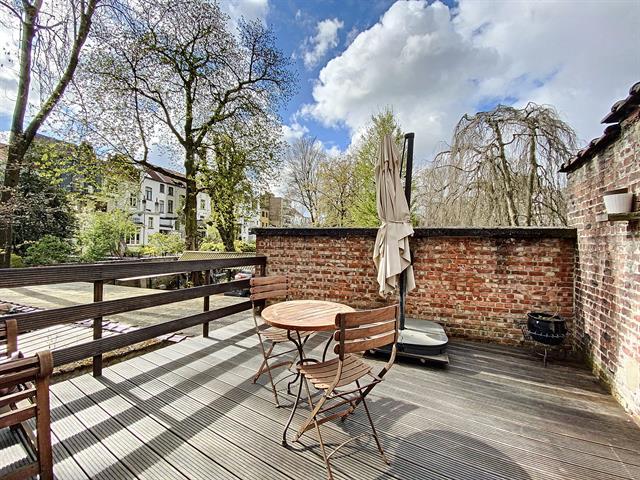 Morgan's Real Estate vous présente ce chouette studio meublé (SANS DOMICILIATION) avec une grande terrasse de 16m² se composant d'une belle espace de vie lumineuse donnant sur la terrasse, une salle de douche et un coin kitchenette