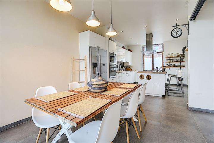 Morgan's Real Estate vous présente cette maison 4 façades plein de charme avec un belle extérieur de 775m²