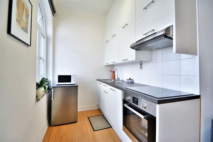 Infos et visites uniquement par e-mail : fabian@morgans  IXELLES - Rue de la Longue Haie - Idéalement situé à proximité des transports en commun, des commerces, superbe appartement meublé, 1 chambre située au 2ème étage d'un petit immeuble
