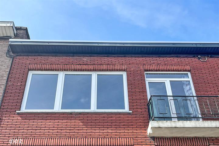 AV Charleroi, Appartement 2 chambres avec garage et cave.